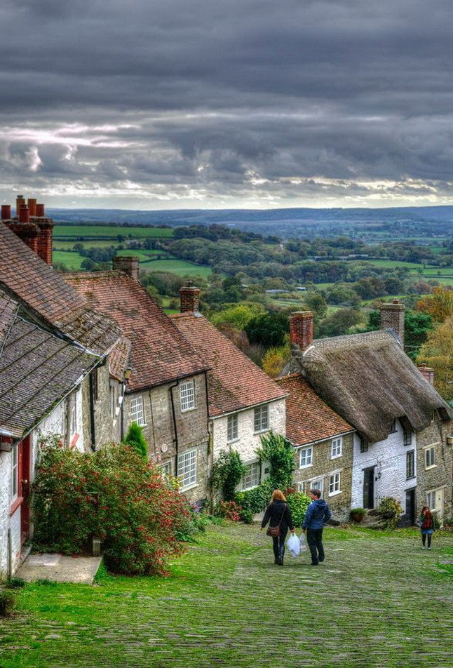 """Up and down the hill, Shaftesbury / England ."""